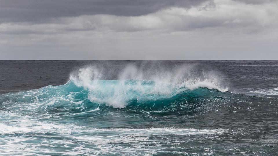 Photo de vague pour matérialiser l'alternative durable qu'est l'énergie hydraulique.