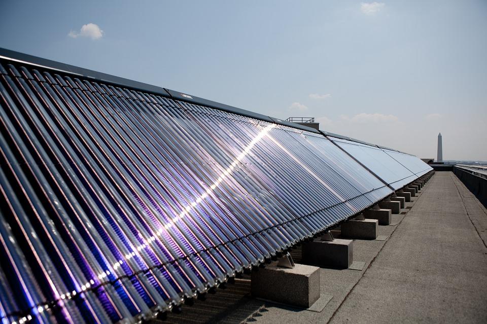 Rangées de nombreux chauffe-eau solaire : méthode production d'énergie renouvelable