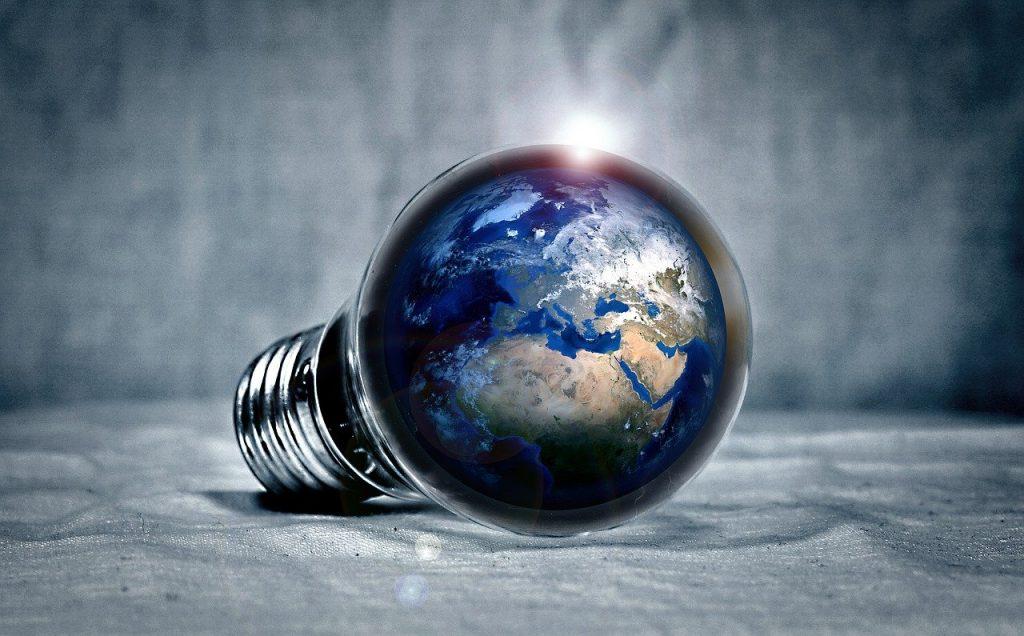 Photo d'une ampoule avec une image de la Terre à l'intérieur : principe de l'économie d'énergie
