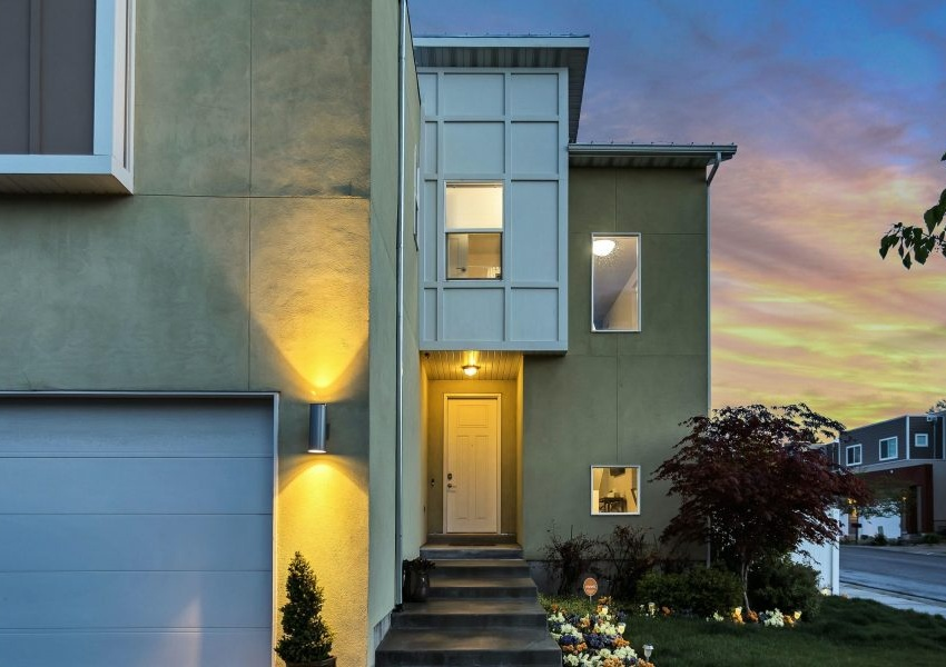 Photo d'une maison moderne, éclairée : thème de la performance énergétique