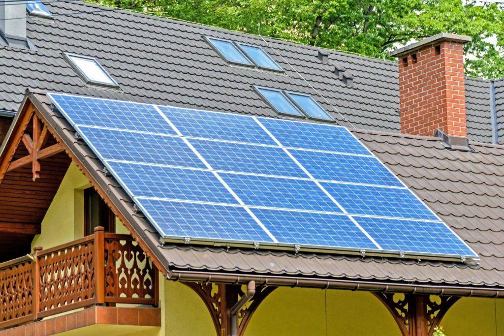 Photo de panneaux solaires sur le toit d'une maison : méthode production d'énergie renouvelable