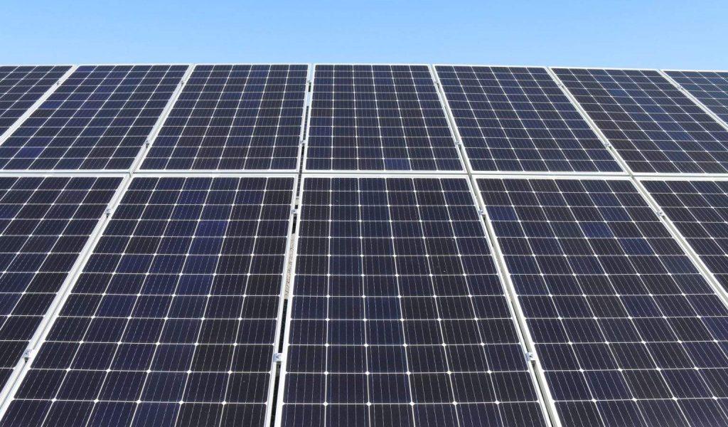 Photo de panneaux solaires : méthode production d'énergie renouvelable